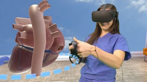Med Student using Virtual Reality