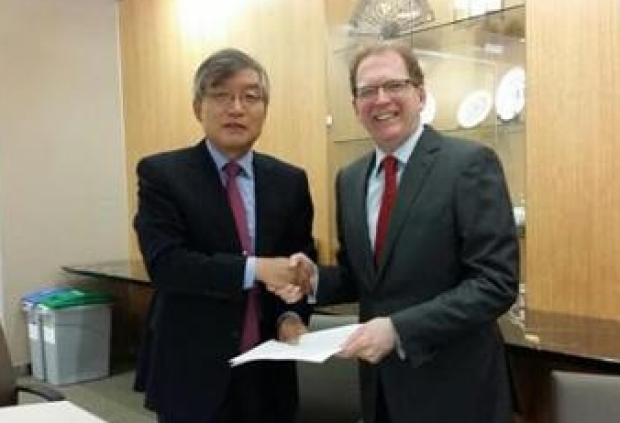 Handshake between President Ki-Bae Seung, Dean Lloyd Minor for the Memorandum of Understanding