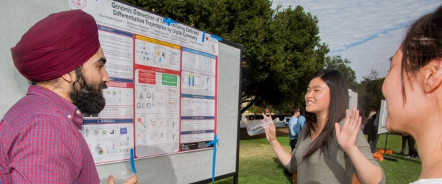 Students discuss research poster at 2018 DBDS Symposium, image courtesy of Saul Bromberger & Sandra Hoover Photography